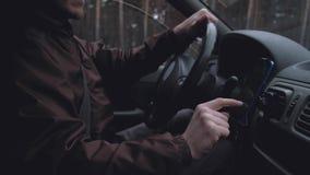 Nahaufnahmefahrer-Gebrauch Smartphone stock footage