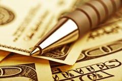 Nahaufnahmefeder auf dem Geld Lizenzfreies Stockfoto