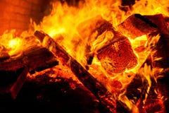 Nahaufnahmefeuer eines Ofens des Holzes - Orange lizenzfreies stockbild