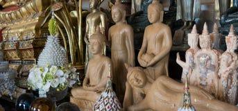 Nahaufnahmefigürchen von einem Buddha und von Gottheiten in einem thailändischen Kloster Wat Saket, der goldene Berg, Bangkok Lizenzfreies Stockfoto