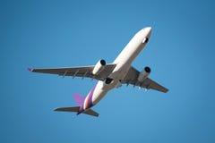 Nahaufnahmefliegenflugzeug von schauen oben Winkel lizenzfreie stockfotografie