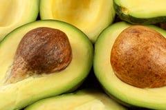 Nahaufnahmefoto der Avocado schnitt zu den halben, braunen sichtbaren Samen, mit stockbilder