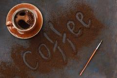 Nahaufnahmefoto der heißen Aromaschale mit Kaffee und Text auf schwarzem ta Stockbilder