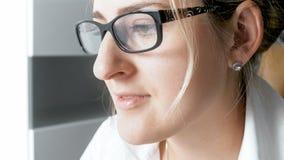 Nahaufnahmefoto der jungen Geschäftsfrau in den Brillen Stockfotografie