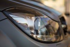Nahaufnahmefoto des grauen Autos Stockfotografie