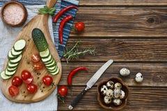 Nahaufnahmefoto des hölzernen Schneidebretts des Frischgemüses mit Messer auf Weinlese hölzernem backgroundond Stockfotografie