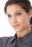 Nahaufnahmefoto des hübschen Gesichtslächelns Lizenzfreies Stockfoto