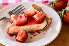 Nahaufnahmefoto des Käsekuchens mit Erdbeeren Stockfotos
