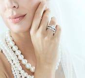 Nahaufnahmefoto des Munds und Hand der Braut Stockbild