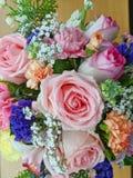 Nahaufnahmefoto des rosa Blumenblumenstraußes auf einem hölzernen Brett Der bunte Blumenstrauß hat viele Blumensorten, Rosen, Gar stockfoto