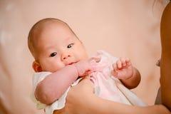 Nahaufnahmefoto des schönen netten asiatischen Babys Stockfotos