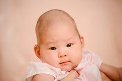 Nahaufnahmefoto des schönen netten asiatischen Babys Stockfoto