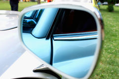 Nahaufnahmefoto eines Autospiegelkörperteils Lizenzfreies Stockbild