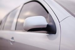 Nahaufnahmefoto eines Autospiegels Stockfotografie