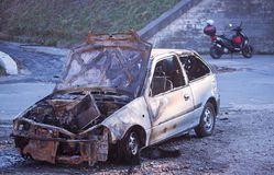 Nahaufnahmefoto eines gebrannten heraus Autowrackes stockfotos