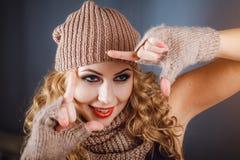 Nahaufnahmefoto eines Mädchens in einem Winterhut Lizenzfreie Stockbilder