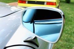 Nahaufnahmefoto eines modernen Autospiegels Stockfotografie