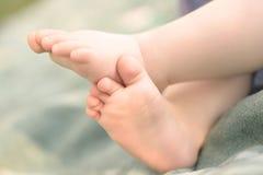 Nahaufnahmefoto von Babybeinen Stockfotos