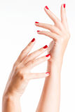 Nahaufnahmefoto von Händen einer Frau mit roten Nägeln Lizenzfreies Stockbild