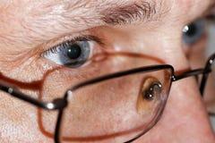 Nahaufnahmefoto von menschlichen Augen mit Gläsern Stockfoto