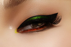 Nahaufnahmefoto von weiblichen Augen mit Zwischenlage des blauen Auges Modemake-up mit perfekter Pfeilform Retrostil- und Chicabe Stockfotografie