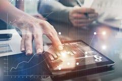Nahaufnahmefotofrau übergibt Touch Screen moderne Tablette Kundenbetreuer, die neues Investitionsvorhaben im Büro bearbeiten Stockfotografie