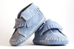 Nahaufnahmefotographie der blauen Babyschuhe Stockfotografie