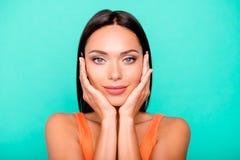 Nahaufnahmefotoporträt von nettem erfülltem optimistischem frohem, mit makelloser Haut sie an faszinierend ihr Damenhändchenha stockfoto