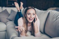 Nahaufnahmefotoporträt von nettem positivem nettem reizendem gesprächigem mit dem Strahlen des toothy Lächelns, welches die Hände lizenzfreie stockbilder