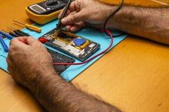 Nahaufnahmefotos, die Prozess von Handyreparatur iphone zeigen stockfotografie