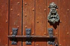 Nahaufnahmefragment der alten Tür mit Verriegelung Stockfotos