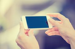 Nahaufnahmefrau übergibt das Halten, unter Verwendung intelligenten, des Handys Lizenzfreies Stockfoto