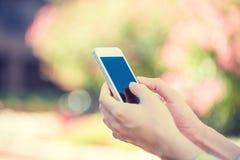 Nahaufnahmefrau übergibt das Halten, unter Verwendung intelligenten, des Handys Stockbild