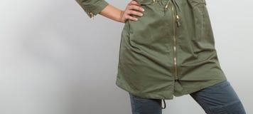 Nahaufnahmefrau in der dunkelgrünen Jacke Autumn Fashion stockfotografie