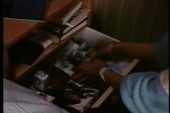 Nahaufnahmefrau, die alte Fotos aus Fach heraus macht stock footage