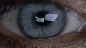 Nahaufnahmefrau ` s Auge in den Gläsern arbeitet an Laptop nachts stock footage