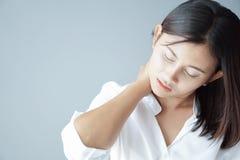 Nahaufnahmefrauen-Holdinghals mit den Schmerz nachdem dem Aufwachen auf Bett, gesunder Sorgfalt und medizinischem Konzept stockfoto