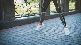 Nahaufnahmefrauenbeine, die in Stadtpark trainieren und springen stock video footage