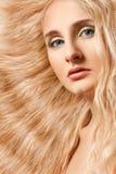 Nahaufnahmefrauengesicht mit dem lockigen Haar stockbild
