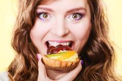 Nahaufnahmefrauengesicht und Fruchtkuchen Lizenzfreie Stockfotografie