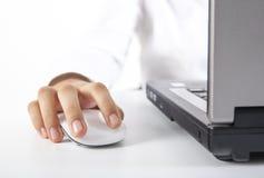 Nahaufnahmefrauenhand auf Maus Lizenzfreies Stockfoto