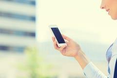 Nahaufnahmefrauenhand, die intelligenten Handy hält Stockfoto