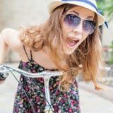 Nahaufnahmefreuden- und -genussfrau reisen nach Paris mit dem Fahrrad Lizenzfreies Stockbild