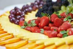 Nahaufnahmefruchtverpflegungs-Tabellensatz stockbilder