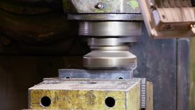 Nahaufnahmegesamtlänge des Metalls verarbeitend auf Fräsmaschine stock video footage