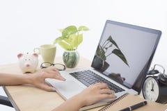 NahaufnahmeGeschäftsfrauen übergeben das Schreiben auf einem Laptop Stockbilder