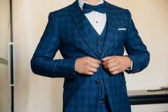 Nahaufnahmegeschäftsmannbräutigam, der seine Jacke trägt Konzept der stilvollen Eleganzkleidung der Männer stockfotos