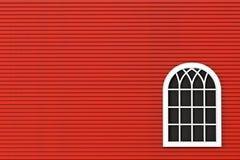 Nahaufnahmegeschlossenes Plastikfenster mit roter Wand Lizenzfreie Stockfotografie