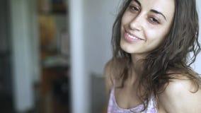 Nahaufnahmegesicht der jungen Schönheitsmischrasse zu Hause Frau zuerst und, die dann traurig und nettes Lächeln ernst schaut stock video