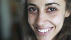 Nahaufnahmegesicht der jungen Schönheitsmischrasse zu Hause Frau zuerst und, die dann traurig und nettes Lächeln ernst schaut stock video footage